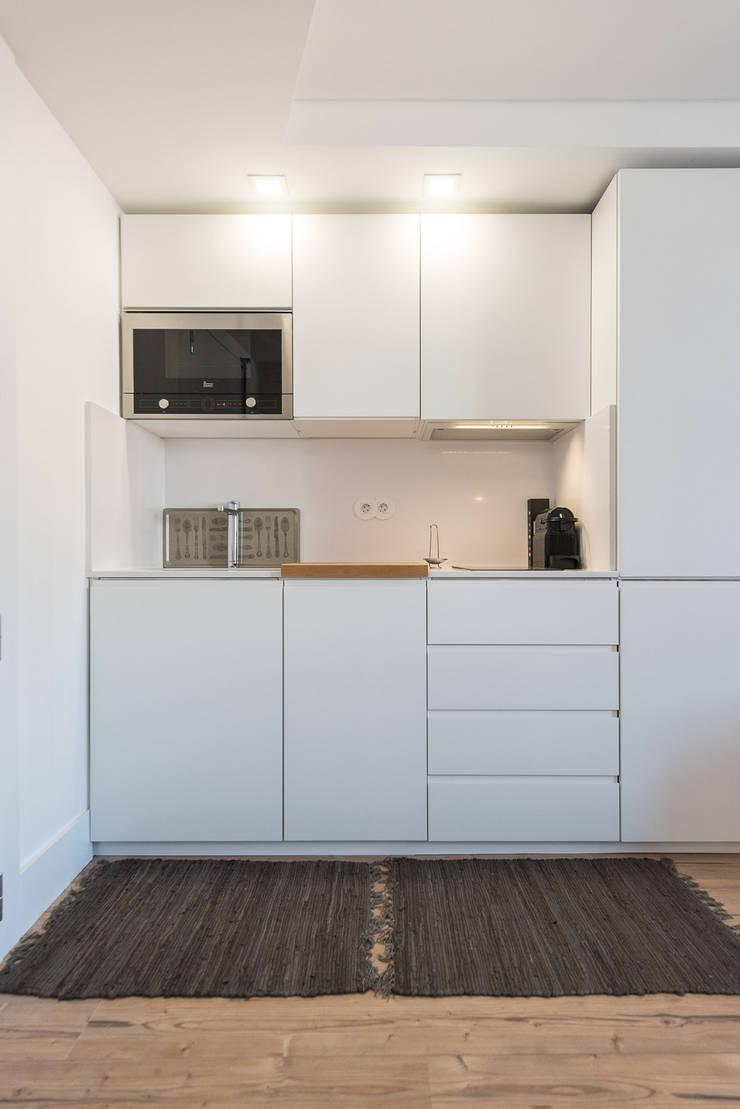 Kitchenette_Remodelação Apartamento_Ajuda   Lisboa PT: Cozinhas pequenas  por OW ARQUITECTOS lda   simplicity works