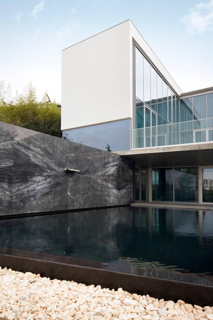 Piscina: Piscinas  por GAVINHO Architecture & Interiors