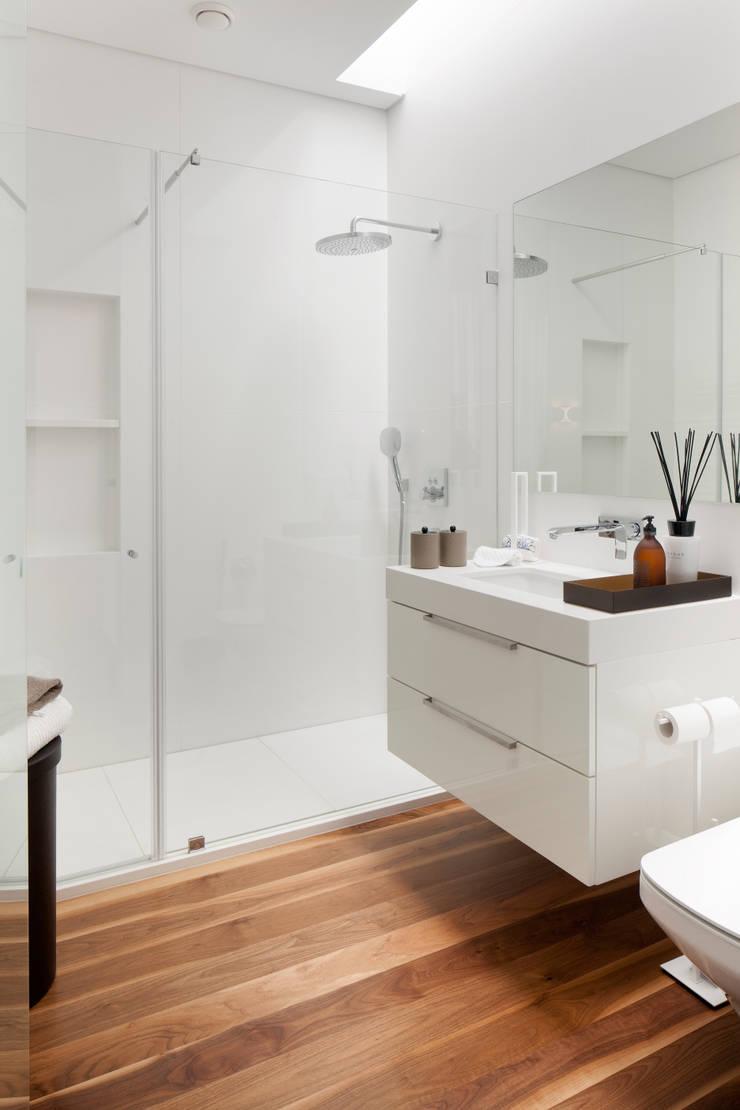 Casa de Banho: Casas de banho  por GAVINHO Architecture & Interiors