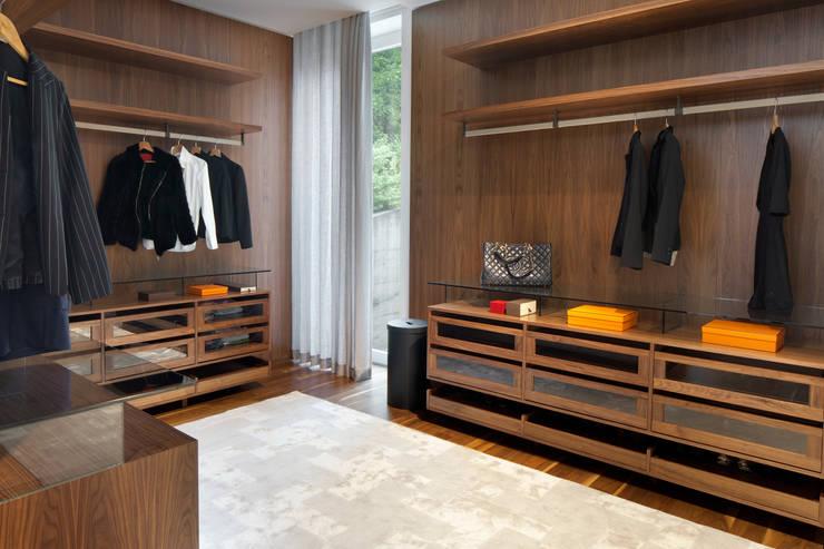 Open Closet: Vestiário  por GAVINHO Architecture & Interiors