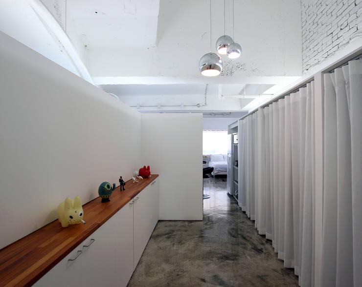 OYOUNG RESIDENCE: HJL STUDIO의  복도 & 현관,