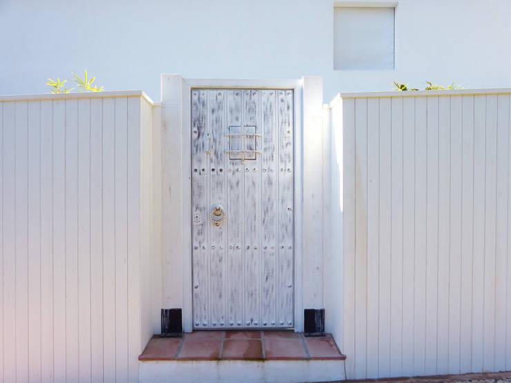 Puertas de madera de estilo  por homify