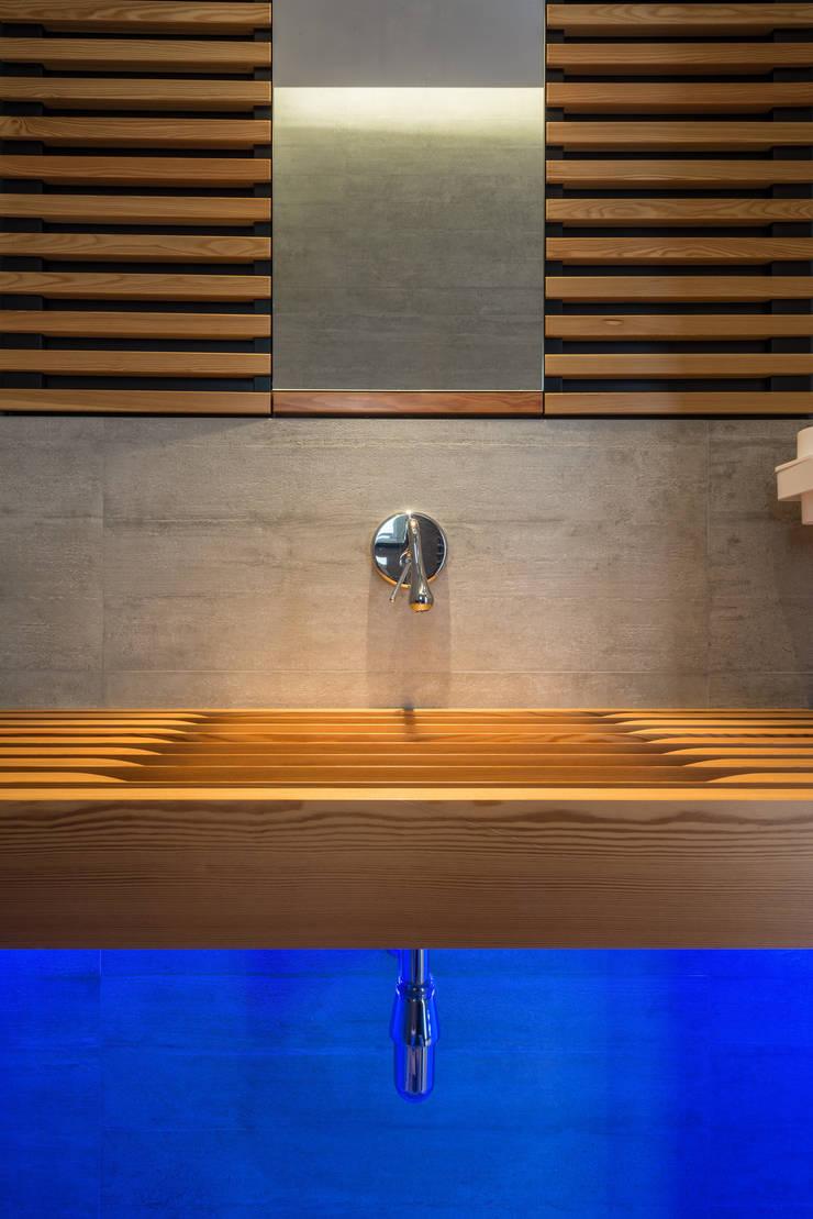 Bathroom by Mario Ferrara, Modern