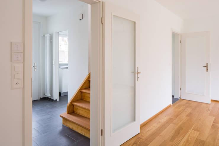 Wohnzimmer und Eingangsraum:  Wohnzimmer von Beat Nievergelt GmbH Architekt