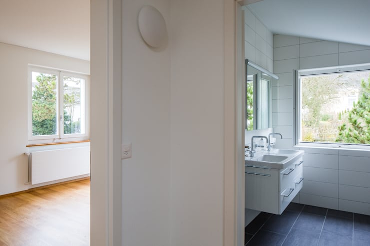 Badezimmer und Zimmern:  Badezimmer von Beat Nievergelt GmbH Architekt