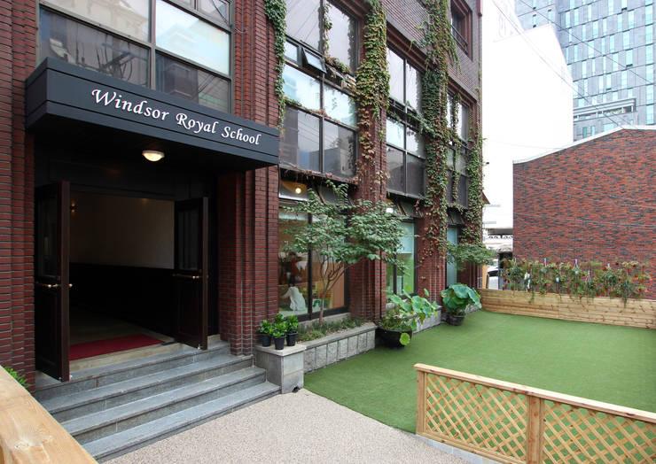 WINDSOR ROYAL SCHOOL: HJL STUDIO의  정원