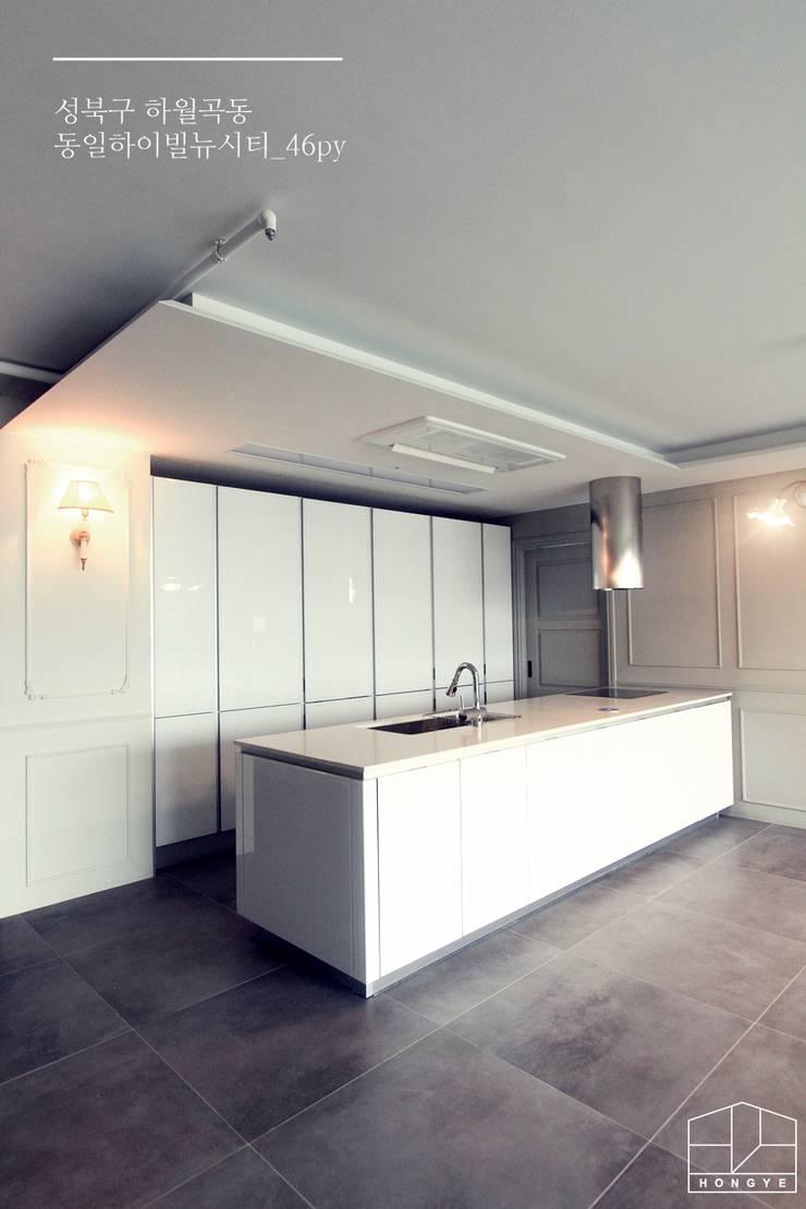 클래식한 유럽풍 아파트 인테리어 46py: 홍예디자인의  주방,클래식
