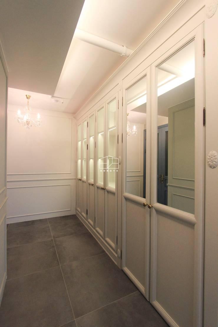 클래식한 유럽풍 아파트 인테리어 46py: 홍예디자인의  복도 & 현관,클래식