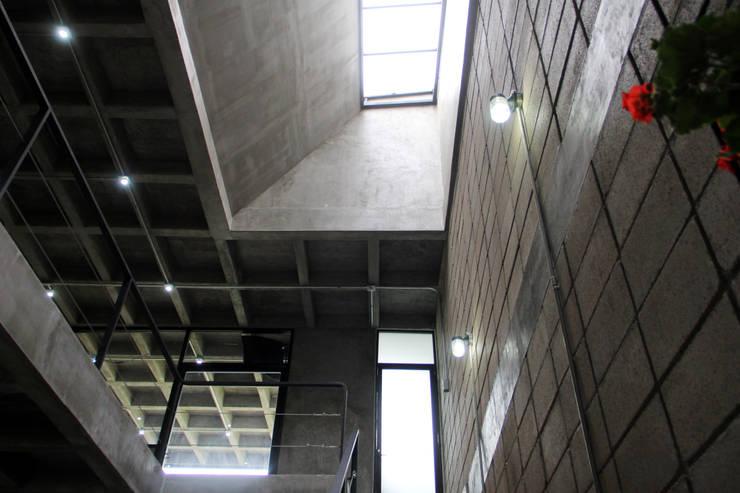Pasillos y vestíbulos de estilo  por Apaloosa Estudio de Arquitectura y Diseño