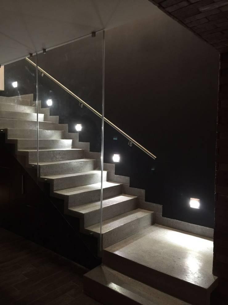 Escalera : Pasillos y recibidores de estilo  por The arkch's Arquitectos