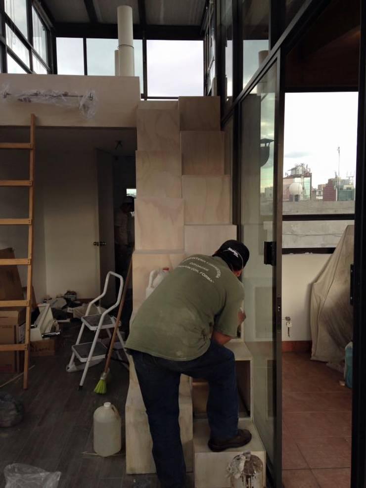 Montaje escalera y entintado: Estudios y oficinas de estilo  por L&G Arquitectos