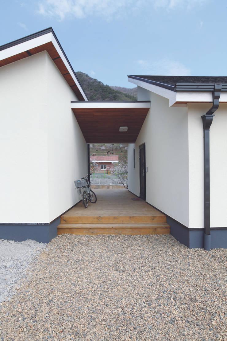 Scandihaus: 춘건축의  주택