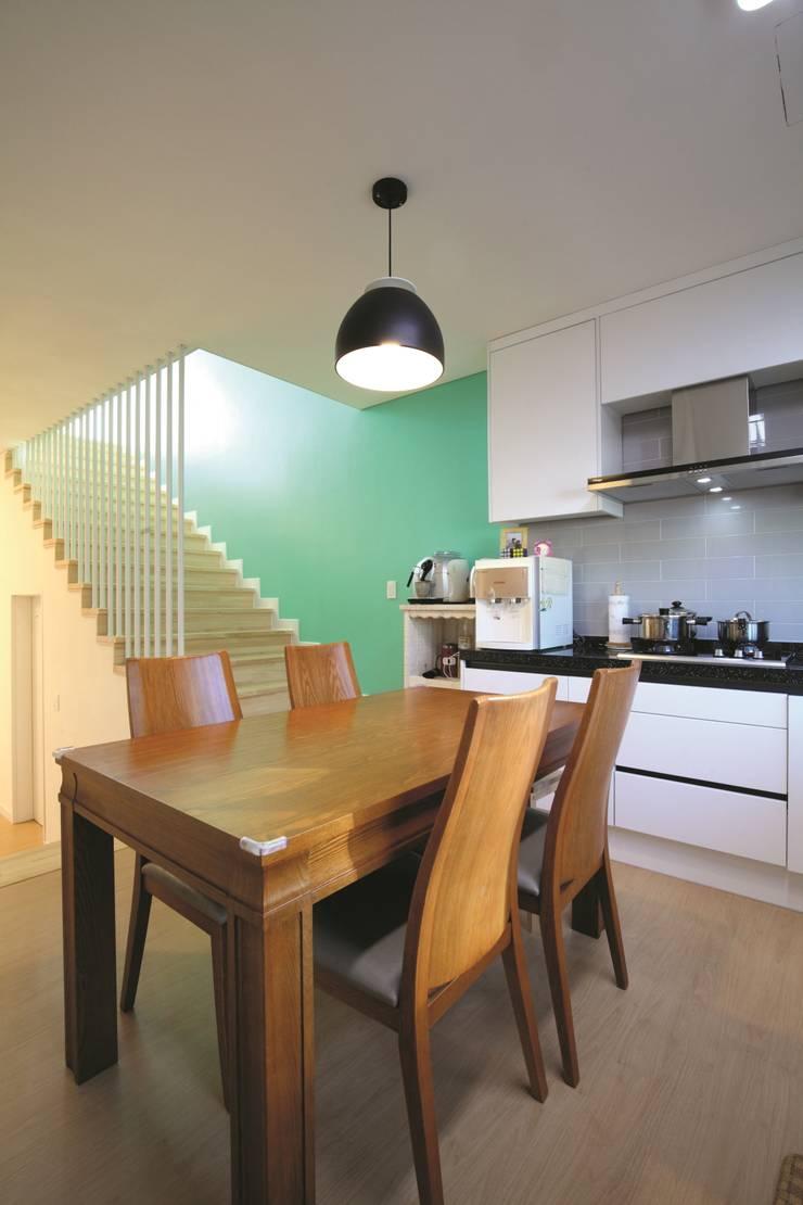 A Haus: 춘건축의  다이닝 룸,