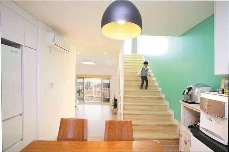 A Haus: 춘건축의  복도 & 현관,