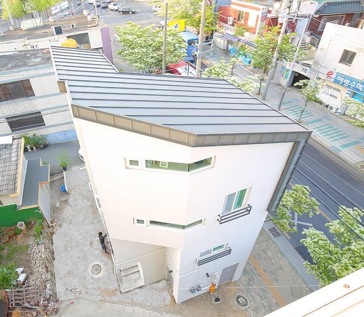 """interior & architecture  by INARK   인아크 건축 설계 인테리어 디자인 대구 봉덕동 """"겨루하우스"""": inark [인아크 건축 설계 디자인]의  주택,모던"""