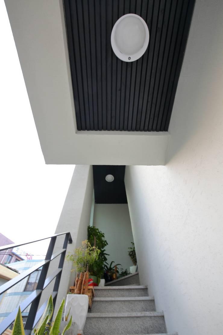 """interior & architecture  by INARK   인아크 건축 설계 인테리어 디자인 대구 봉덕동 """"겨루하우스"""": inark [인아크 건축 설계 디자인]의  복도 & 현관"""