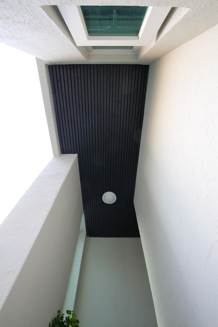 "interior & architecture  by INARK   인아크 건축 설계 인테리어 디자인 대구 봉덕동 ""겨루하우스"": inark [인아크 건축 설계 디자인]의  복도 & 현관,모던"