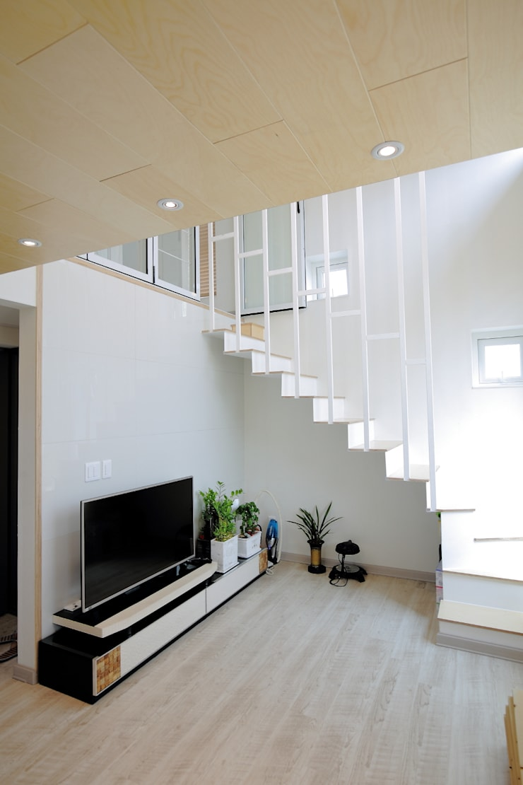 """interior & architecture  by INARK   인아크 건축 설계 인테리어 디자인 대구 봉덕동 """"겨루하우스"""": inark [인아크 건축 설계 디자인]의  거실"""