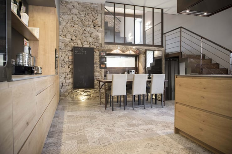 Salle à manger avec mur en pierre : Salle à manger de style  par réHome
