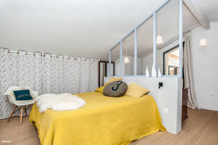 chambre ouverte sur salle d'eau: Chambre de style de style Moderne par Pixcity