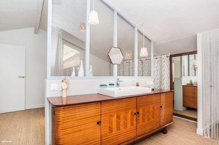 salle d'eau ouverte sur chambre: Salle de bain de style de style Moderne par Pixcity
