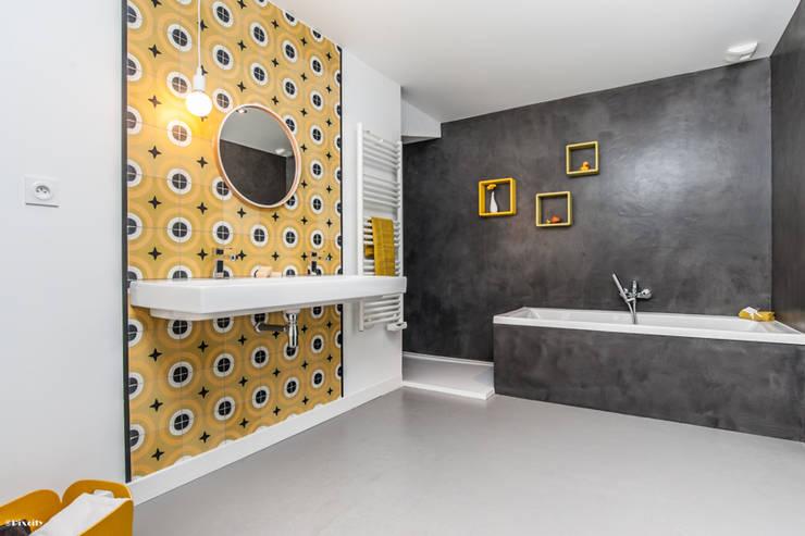 salle de bains moderne: Salle de bain de style  par Pixcity