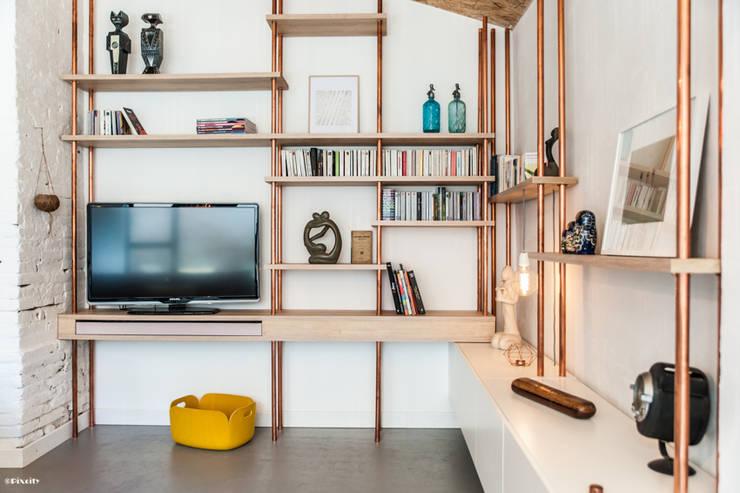 meuble télé sur mesure: Salon de style de style Moderne par Pixcity