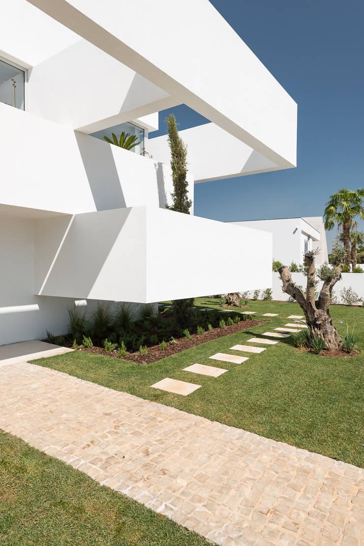 Cinco Terraços e um Jardim: Casas  por Corpo Atelier