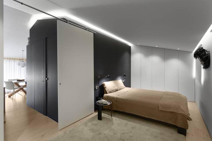 SS Apartment: Quartos minimalistas por PAULO MARTINS ARQ&DESIGN