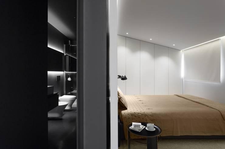 SS Apartment: Casas de banho minimalistas por PAULO MARTINS ARQ&DESIGN