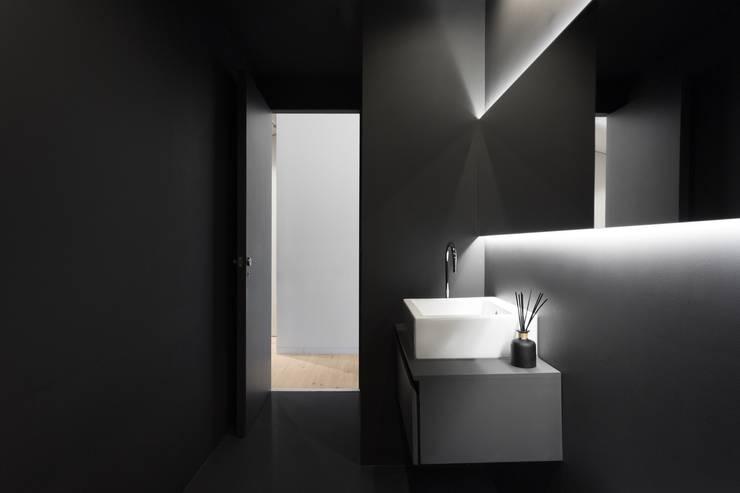 SS Apartment: Casas de banho  por PAULO MARTINS ARQ&DESIGN