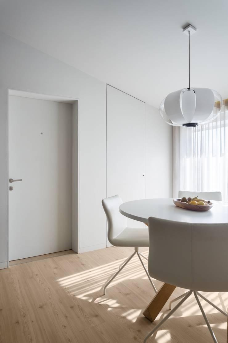SS Apartment: Salas de estar  por PAULO MARTINS ARQ&DESIGN