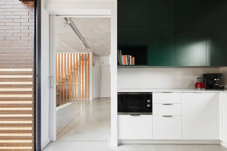 54COD Obra nueva de casa aislada-adosada en Matadepera: Cocinas de estilo  de Vallribera Arquitectes