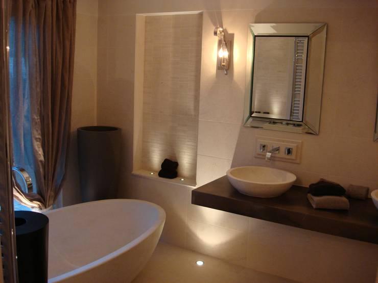Master Bathroom: Casas de banho  por Pure Allure Interior