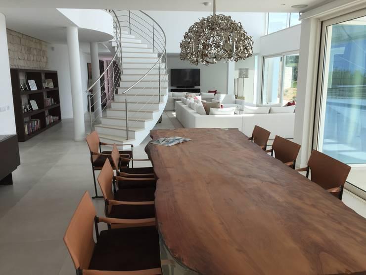 Dining Area: Salas de jantar  por Pure Allure Interior