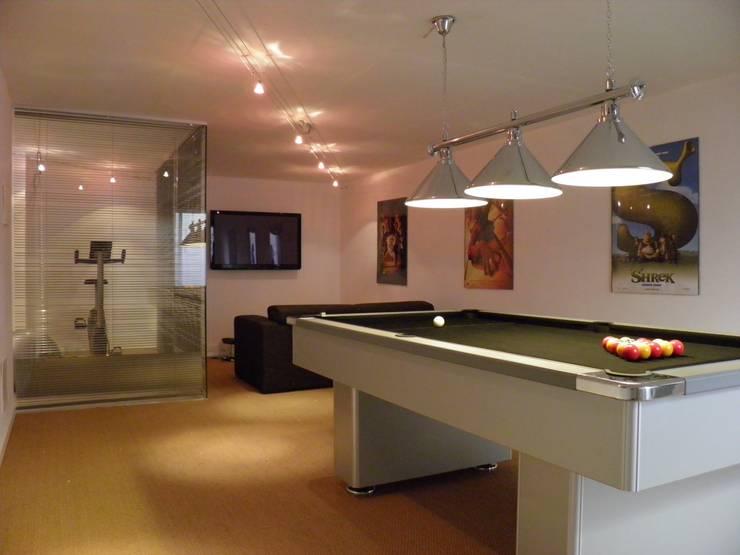 Games Room: Salas multimédia  por Pure Allure Interior