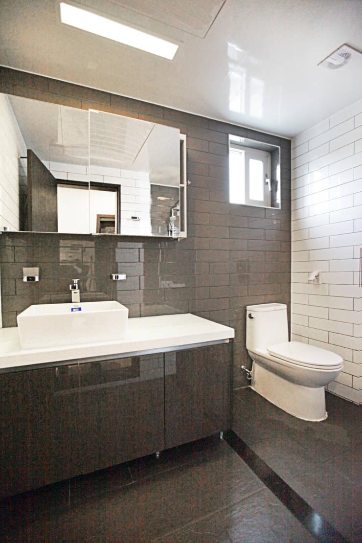 독특한 공간을 통해 가족과의 소통과 여유로운 생활을 안기는 모던스타일[경북 칠곡]: 지성하우징의  욕실,