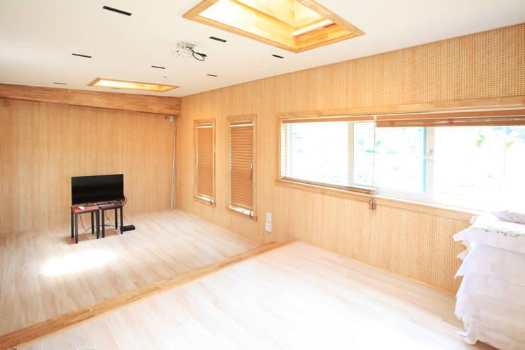 독특한 공간을 통해 가족과의 소통과 여유로운 생활을 안기는 모던스타일[경북 칠곡]: 지성하우징의  방,