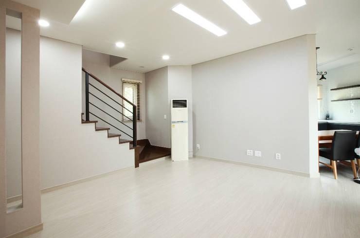 Living room by 지성하우징,