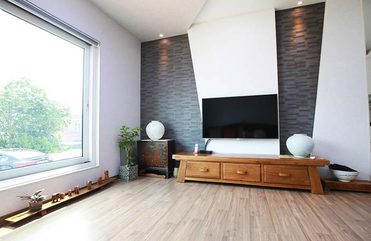 독립성이 확보된 고풍스럽고 세련된 디자인의 클래식스타일[경북 상주]: 지성하우징의  거실,클래식