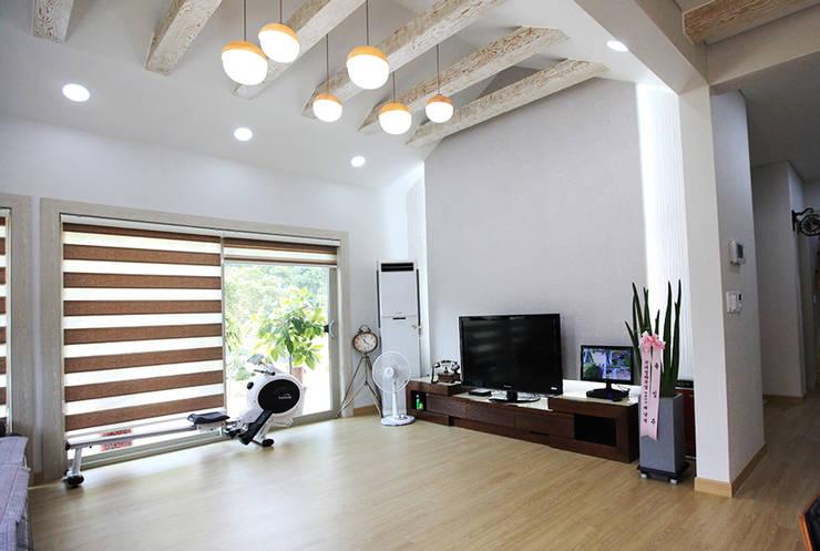mediterranean Living room by 지성하우징