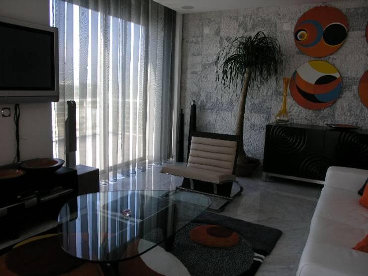 Apartamento Praia da Falésia -Penthouse 2004: Salas de estar  por Atelier  Ana Leonor Rocha