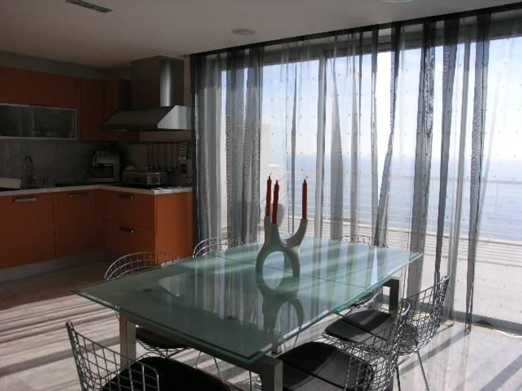 Apartamento Praia da Falésia -Penthouse 2004: Cozinhas  por Atelier  Ana Leonor Rocha