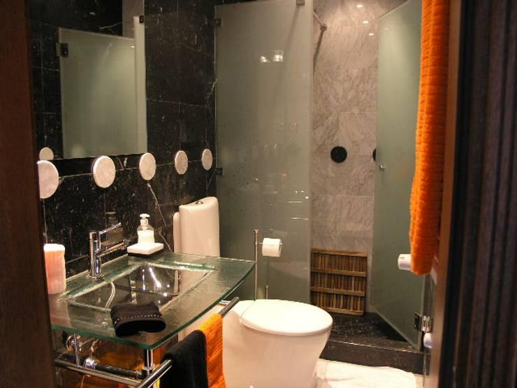 Apartamento Praia da Falésia -Penthouse 2004: Casas de banho  por Atelier  Ana Leonor Rocha