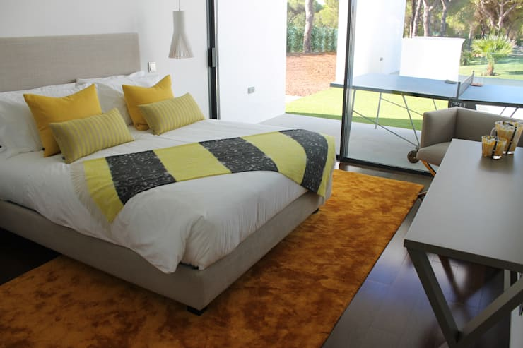 Double Bedroom Yellow: Quartos  por Pure Allure Interior