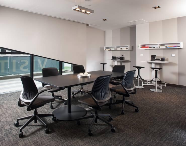 Amenidades Magma: Oficinas y tiendas de estilo  por Línea Vertical