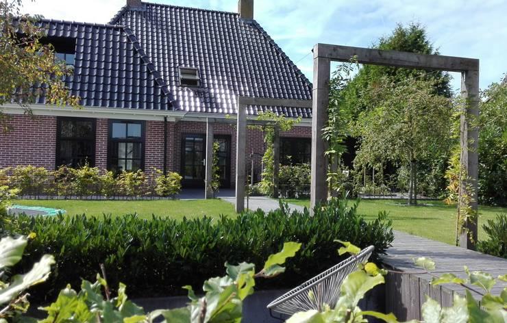 Moderne landelijke tuin:  Tuin door Joke Gerritsma Tuinontwerpen