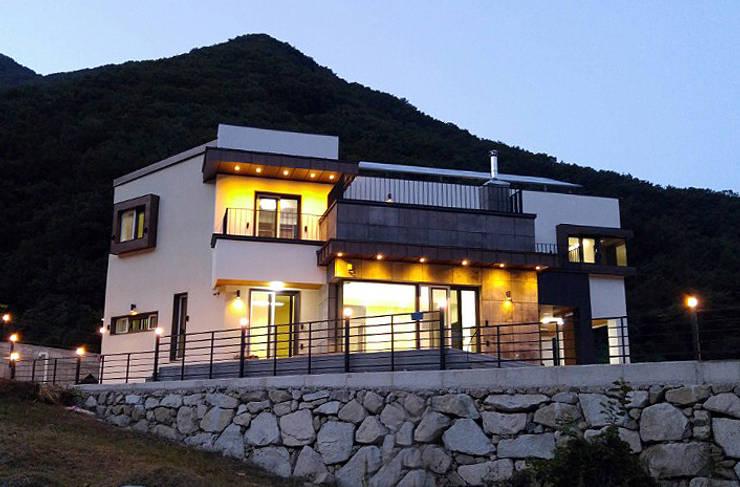Maisons de style  par 피앤이(P&E)건축사사무소