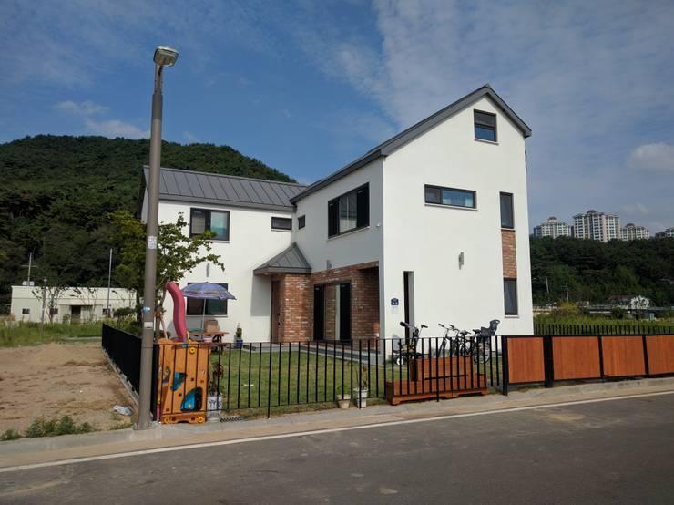 증산리 2가구 주택 H-2: 피앤이(P&E)건축사사무소의  주택