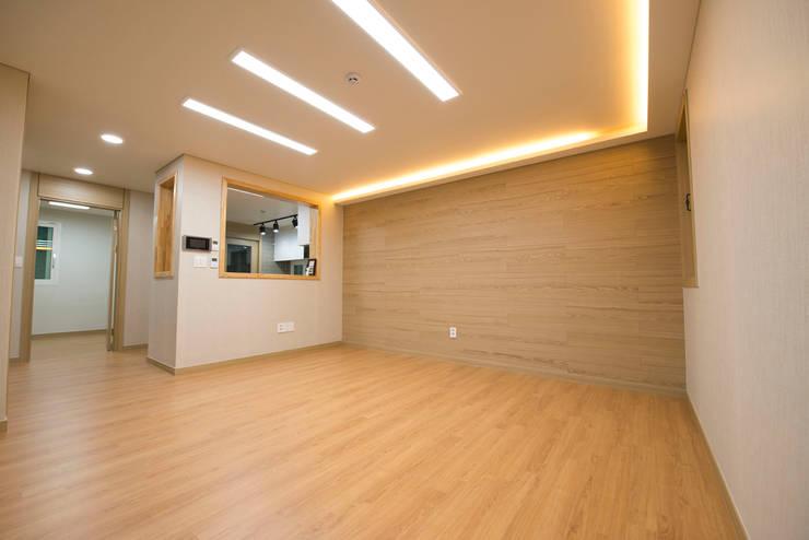 증산리 2가구 주택 H-2: 피앤이(P&E)건축사사무소의  거실